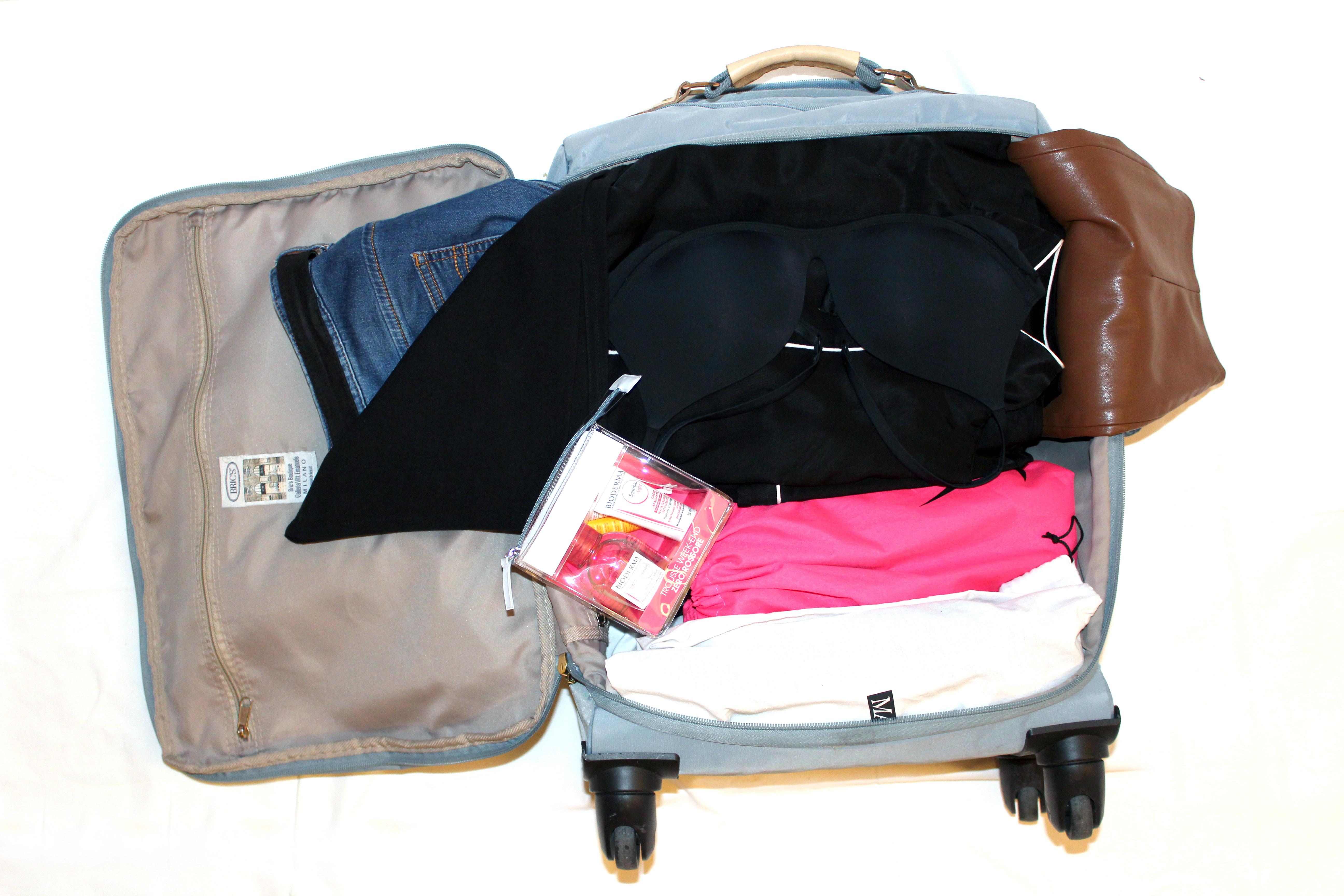 Lasciare le estremità dei pantaloni fuori dalla valigia...