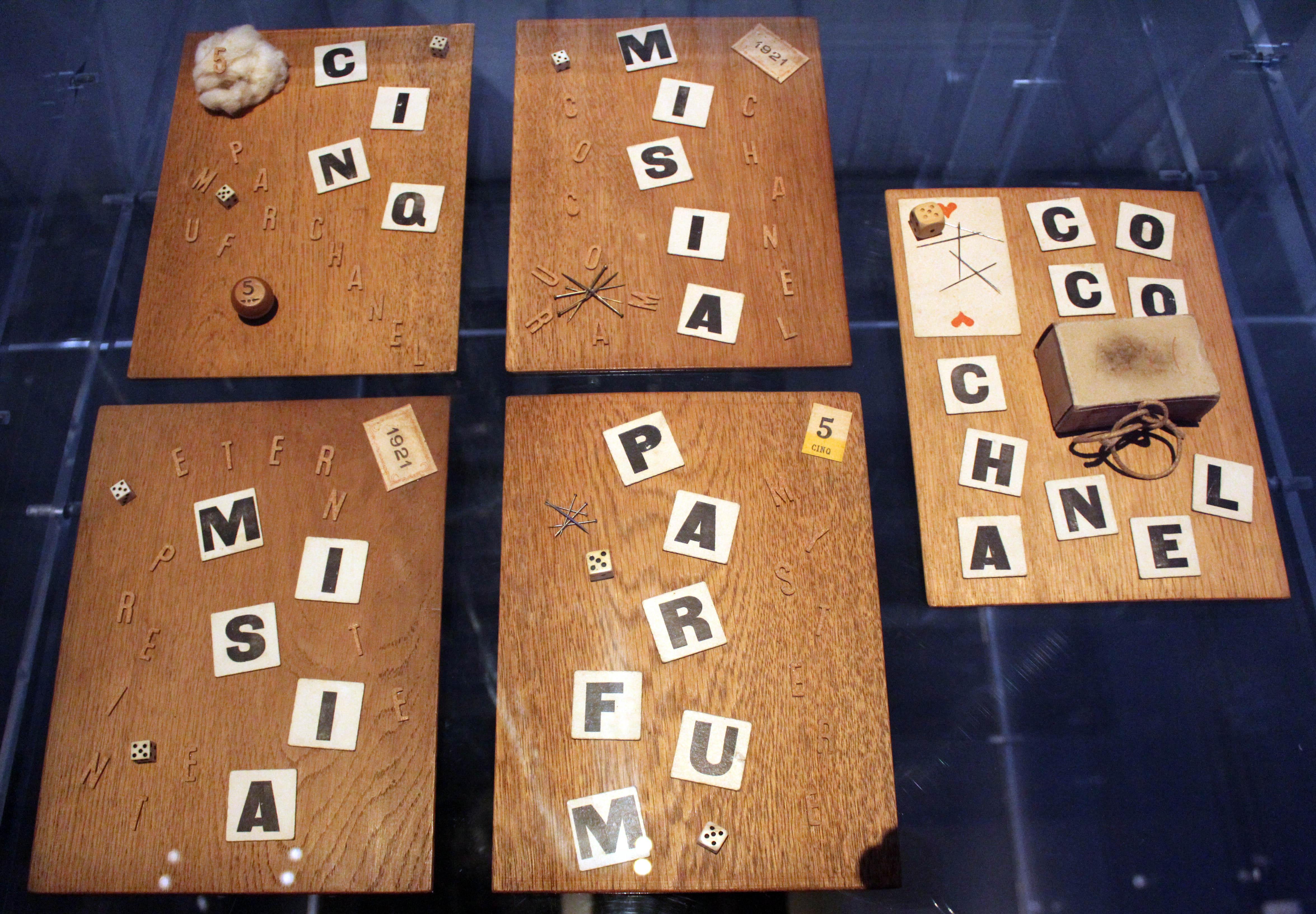 Collage con letterine che formano varie parole. Collezione Patrimonio di Chanel, Parigi.