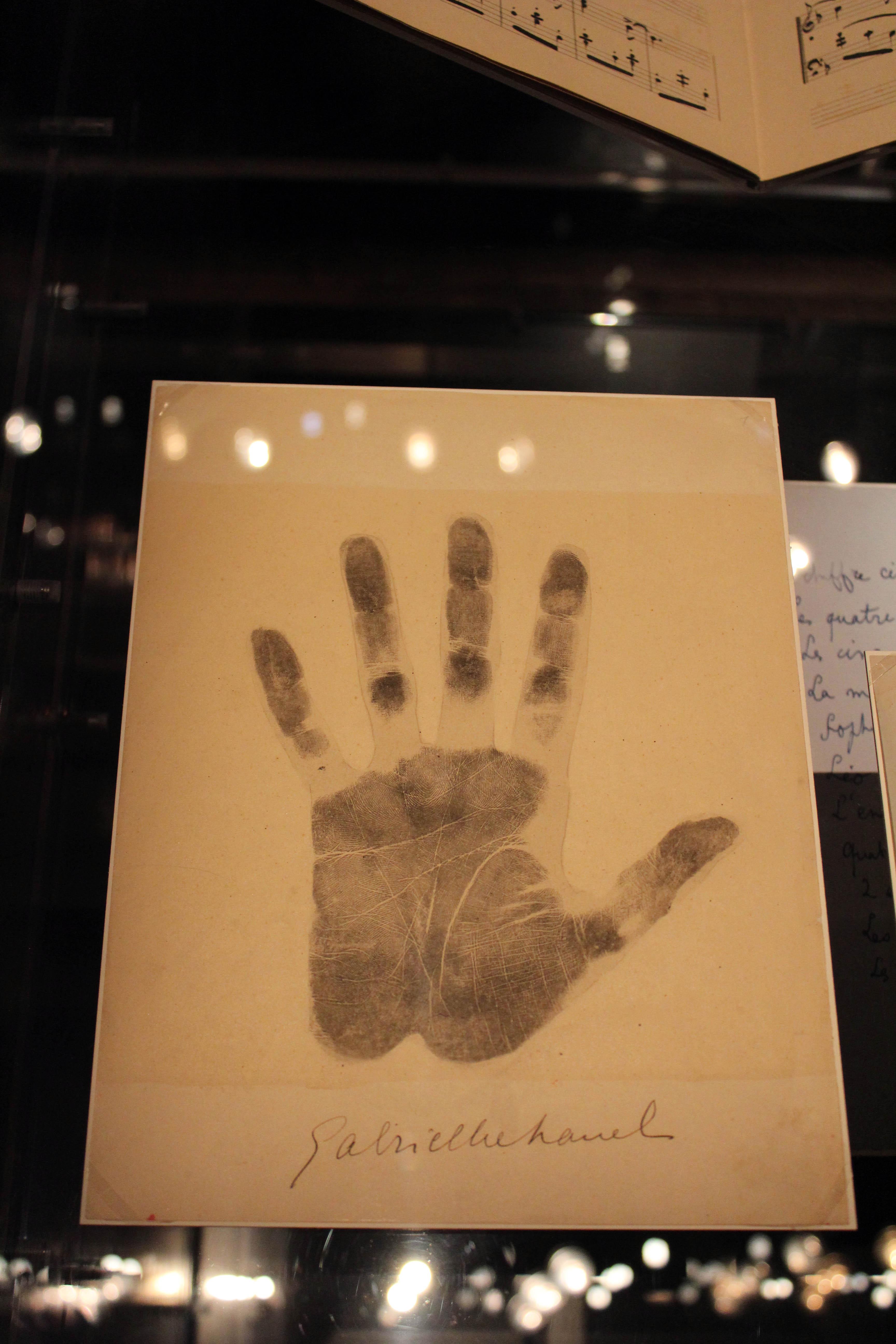 Impronta della mano snistra di Gabrielle Chanel firmata con inchiostro nero, 1939.